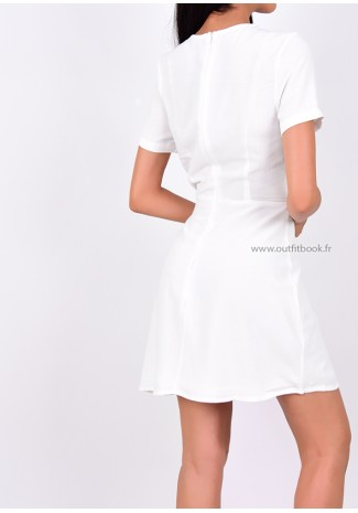 Robe blanche avec boutons