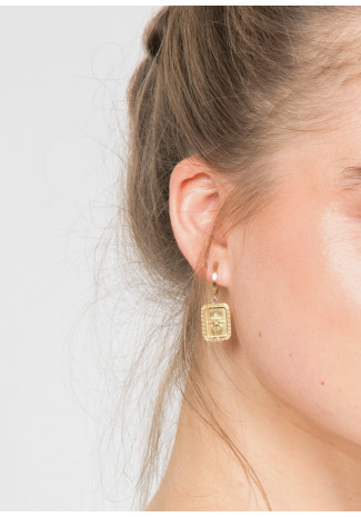 Earrings with engraved drop in gold