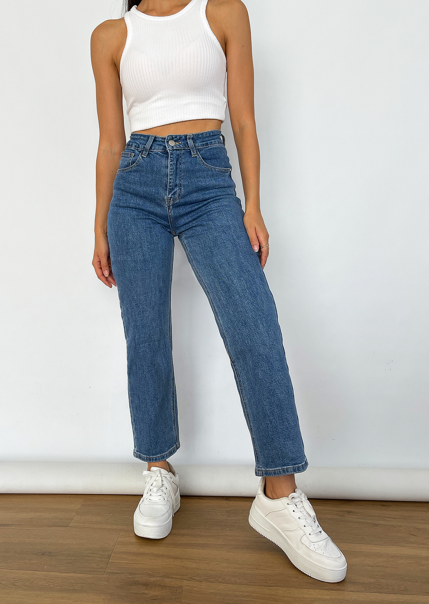 Straight leg jeans with raw hem in blue